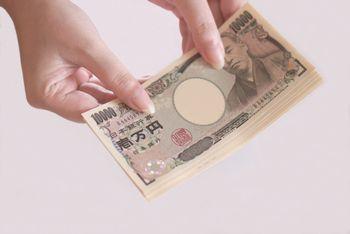 お金がないと、物と物を直接交換しないといけないので、とても大変。しかしお金であれば、物とお金を交換したり、お金と物をまた交換することができる。だから、お金はとても便利なものである。