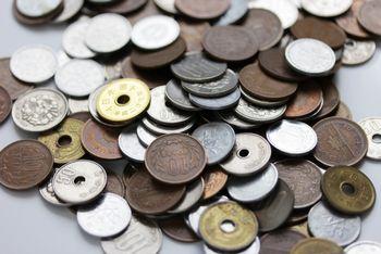 お金には、物とスムーズに交換できたり、保存することができたり、持ち運ぶことができたり、細かく分けることができるなどのメリットがある!
