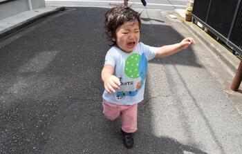 子どもが駄々をこねて泣いていると、親が悪いように見られてしまう