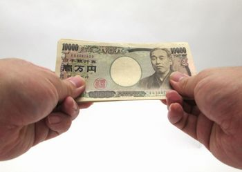 自分でお金を稼ぐということに、人は慣れていない